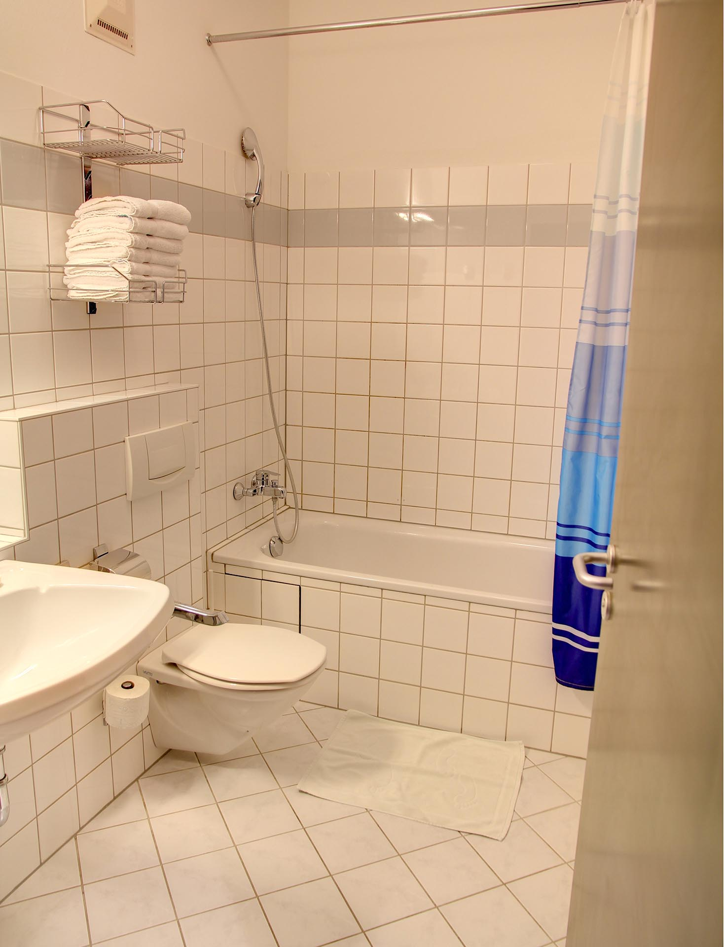 74living_serviced_business_apartments_apartment_16_ap16_hp_6 ·  74living_serviced_business_apartments_apartment_16_ap16_hp_1